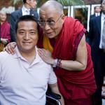 """慈祥的尊者达赖喇嘛和坚强的方政先生的合照,是于2010年10月在美国旧金山湾区拍摄的。方政先生在一份感言中说:89年达赖喇嘛尊者获诺贝尔和平奖,当时对于处在""""六四""""后恐怖政治环境中奋起抗争的89一代和全国民运人士,是极大的鼓舞。 http://t.co/A3pQ3uibv3"""