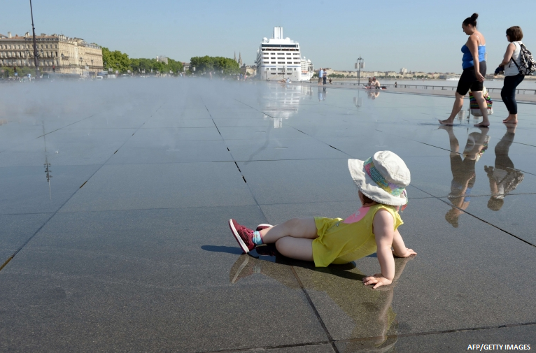 Cooling off in the water mirror the world 39 s largest for Mirror pool bordeaux
