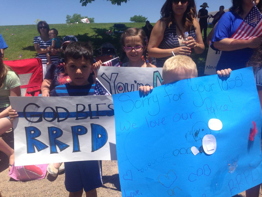 Kim Tobin (@kimtobinkob): Young kids make signs to honor #RioRancho police officer Gregg Benner who was shot/killed @KOB4 http://t.co/bwKUniOYHP