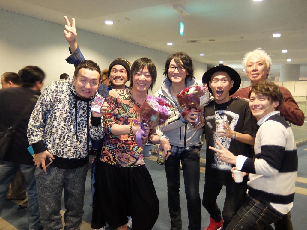本日は「ROUND GR 2015」DAY1@東京体育館 GRANRODEOさん10th Anniversary を派手に祝いあげてきます☆写真は昨年10周年突入の日にとった7人!ご来場の皆様宜しくお願いします! http://t.co/vXHTL27obz