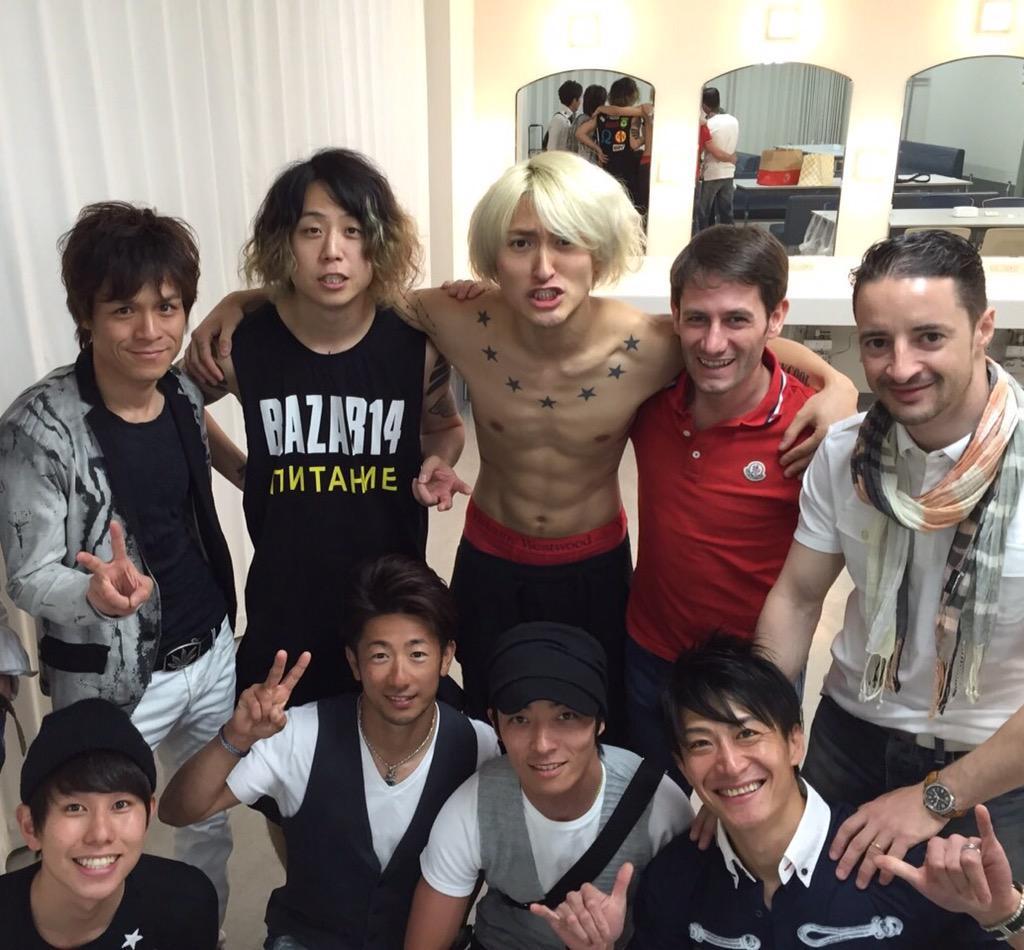 昨日は大阪城ホールでONE OK ROCKのLIVEに行ってきました! 楽屋までお邪魔させていただき、初めてお会いしたんですがワンオクの皆さんは本当に礼儀正しく気さくな方でした( ´ ▽ ` )ノLIVEも大盛り上がりで興奮しました! http://t.co/qA22rRnLHe
