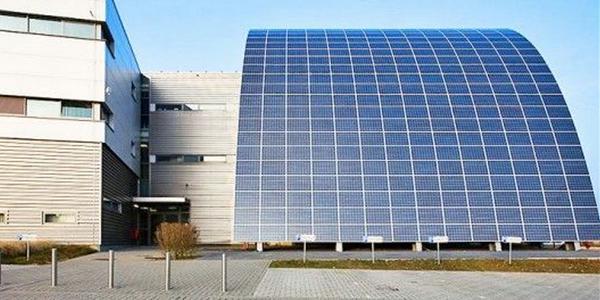 Dak van #zonnepanelen, of #zonnepanelen als dak? @GroenOpgewekt @JanWillemZwang @JorisIII http://t.co/BLmGwVq2FQ