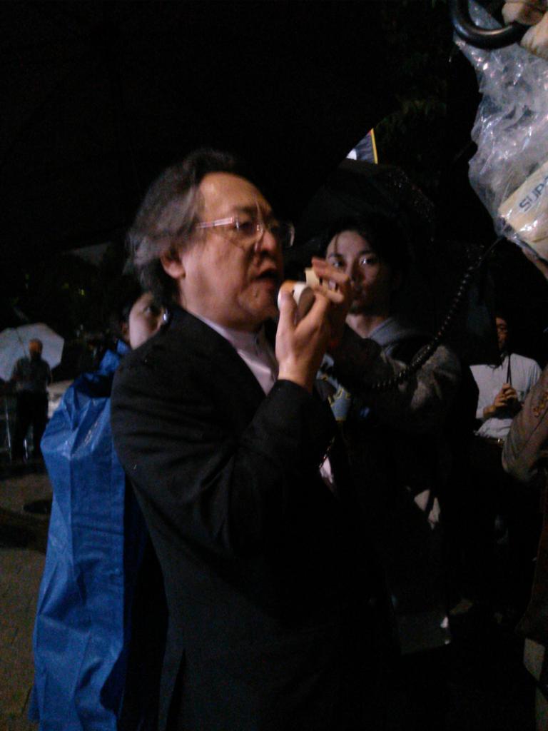 小林節さん、国会前! http://t.co/73VChwBb3F
