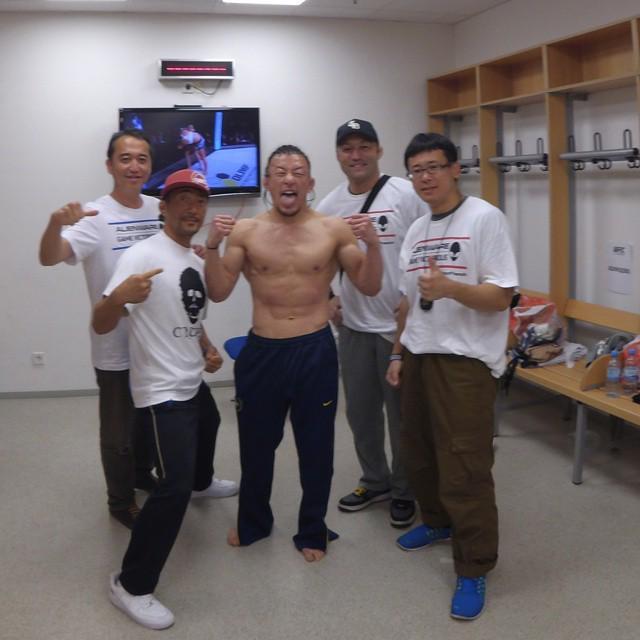 WIN!!! I'm back!!!! Thank you a lot of support! 勝ったぞ! 日本の皆起きてるか!? 応援ありがとう! 格闘技辞めなくてよかった!!!… http://t.co/kiS0vhxlHi http://t.co/Paqga5cFE7