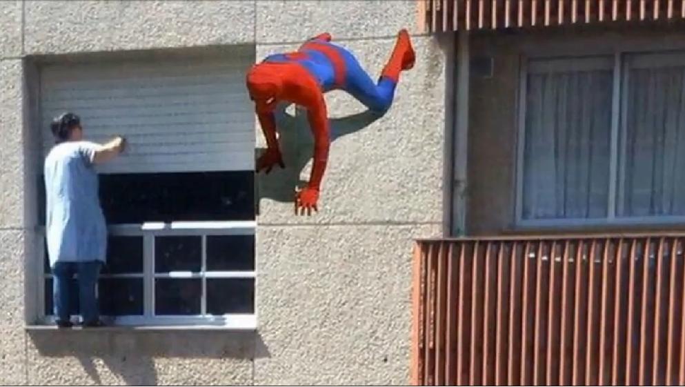 La spiderman gallega tiene 65 a os y limpia sus ventanas for Limpiar cristales por fuera