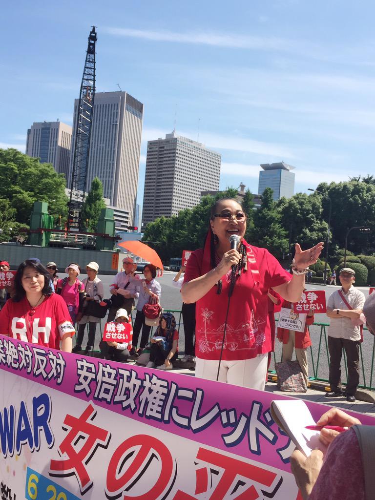 安保法案反対を訴え、国会前に赤い服に身を包んだ女性が集まりました。たいへんな人数、たいへんな熱意❗️戦争はさせない! http://t.co/wxUywg4f9m