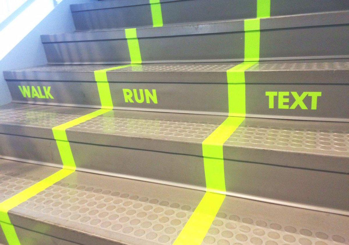 <미국 대학(Utah Valley Univ.)에도 스마트폰 계단 '전용 라인(TEXTING LANE)'이 생겼다(사진)> http://t.co/swCP1w8w5J  #스마트폰전용라인 http://t.co/txXLO9iVWU
