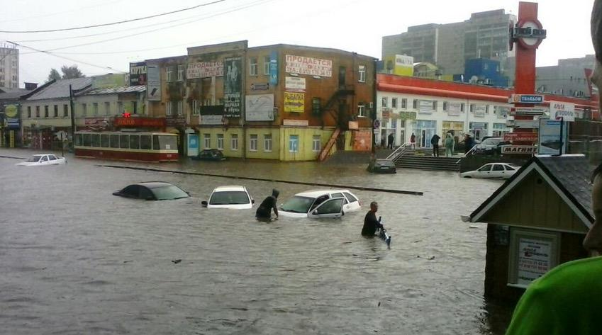 Курск накрыл тропический ливень Второй раз за месяц город ушел под воду.  Происшествия.