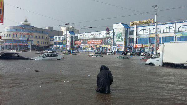 В Курске затоплен центр города В Курске из-за получасового ливня затопило центр города...