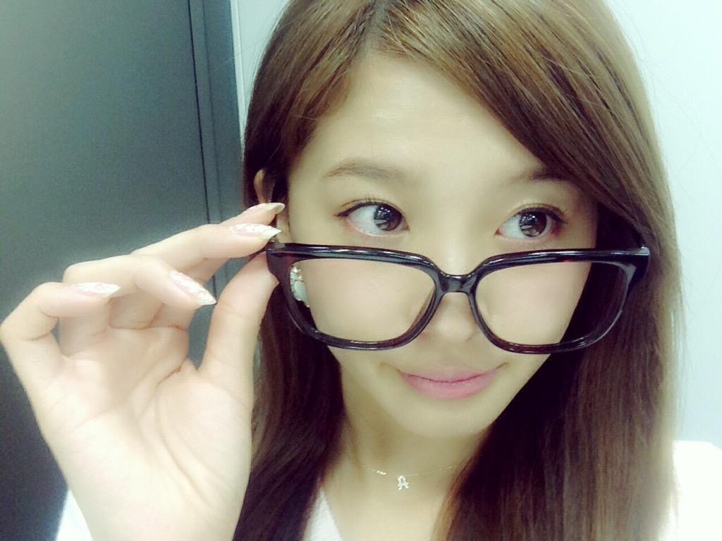 伊達眼鏡の朝比奈彩