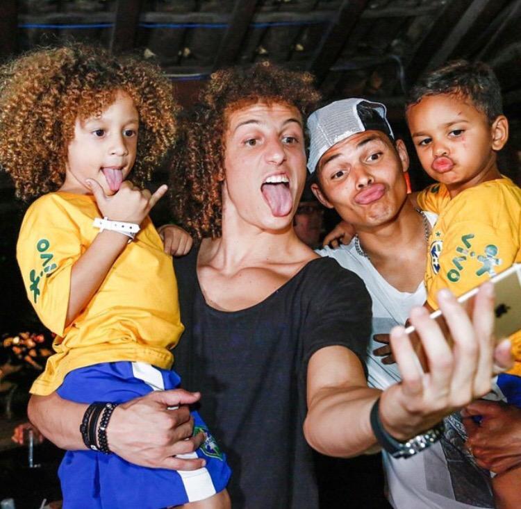La foto del día! @DavidLuiz_4 y Thiago Silva con sus versiones miniaturas que se hicieron famosos durante el mundial http://t.co/WHzPjECgSK