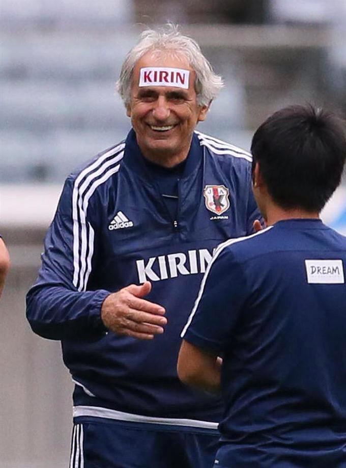 わろたww 『額に「KIRIN」のシールを貼り、笑顔を見せるハリルホジッチ監督』 サッカー日本代表、イラク戦に向け調整 http://t.co/GEvJYWg3r2 http://t.co/J3sBrtiSqf