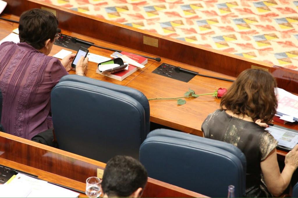 Una rosa socialista recuerda al ciudadano @Pedro_Zerolo en la Asamblea de Madrid. #Zerolo http://t.co/x1qrjJhvds