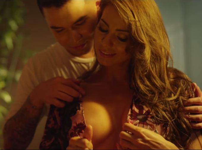 RT @Andrea_Bet: Mañana entrevistaré a la actriz porno @Esperanzaxxx por el video musical que protagonizó
