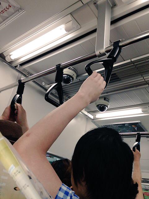【速報】痴漢を防ぐためか痴漢冤罪を防ぐためか、とうとう電車内に防犯カメラが設置される