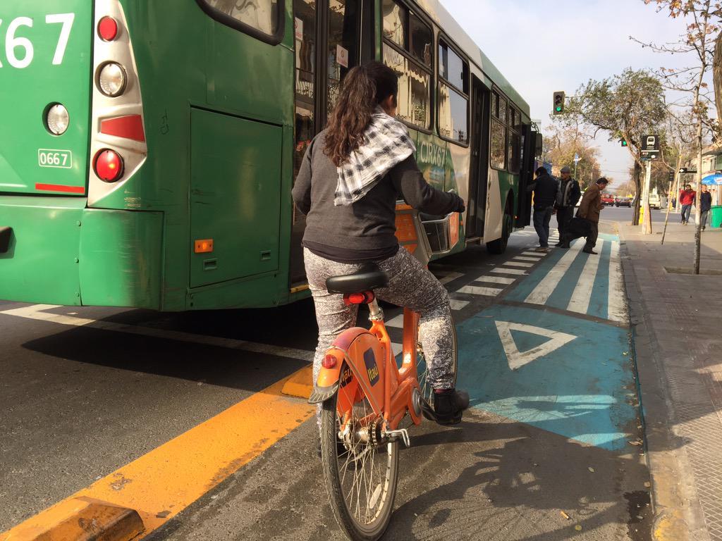 Paradero de buses y ciclovía de Portugal en funcionamiento. Se puede y todos debemos colaborar. http://t.co/9TYPB3Qwo5