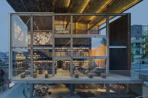 韓国のソウルに出来た音楽図書館。1万枚の試聴可能なレコード&プレイヤー、3000冊の書籍、RS誌のバックナンバー、コンサートホールまで、近ければ溜まり場として利用したい充実した施設。 http://t.co/DnMOHUsEXJ http://t.co/5t8IwWHNt2