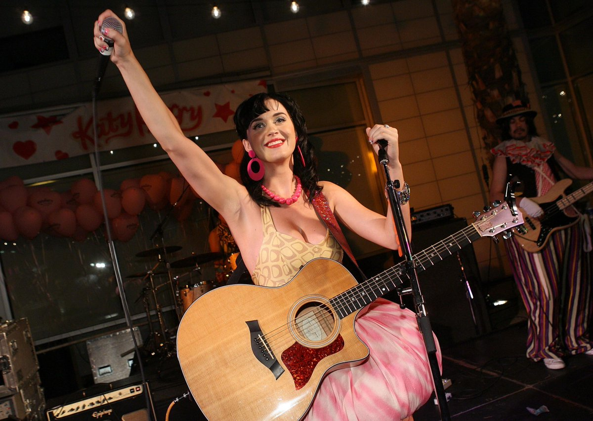 Congrats to @katyperry on over 1 BILLION views of #DarkHorse on @vevo. Here's a TBT of when she performed at #Capitol http://t.co/sQ4S7lDwaE