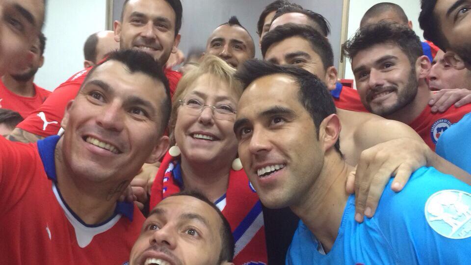 La Presidenta Bachelet celebra junto a la Selección el triunfo de #CHI vs #ECU http://t.co/mDZqMyjqEg
