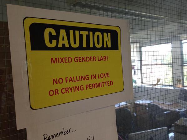"""""""Cuidado: laboratorio mixto. No está permitido llorar o enamorarse"""" @stevediggle a #TimHunt. #distractinglysexy http://t.co/5DGs1o4wok"""