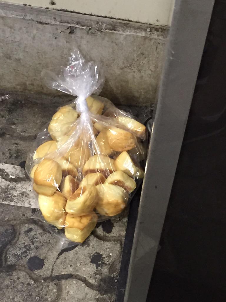 川崎駅のホームにパンが落ちてた http://t.co/ct4JUFnEQt