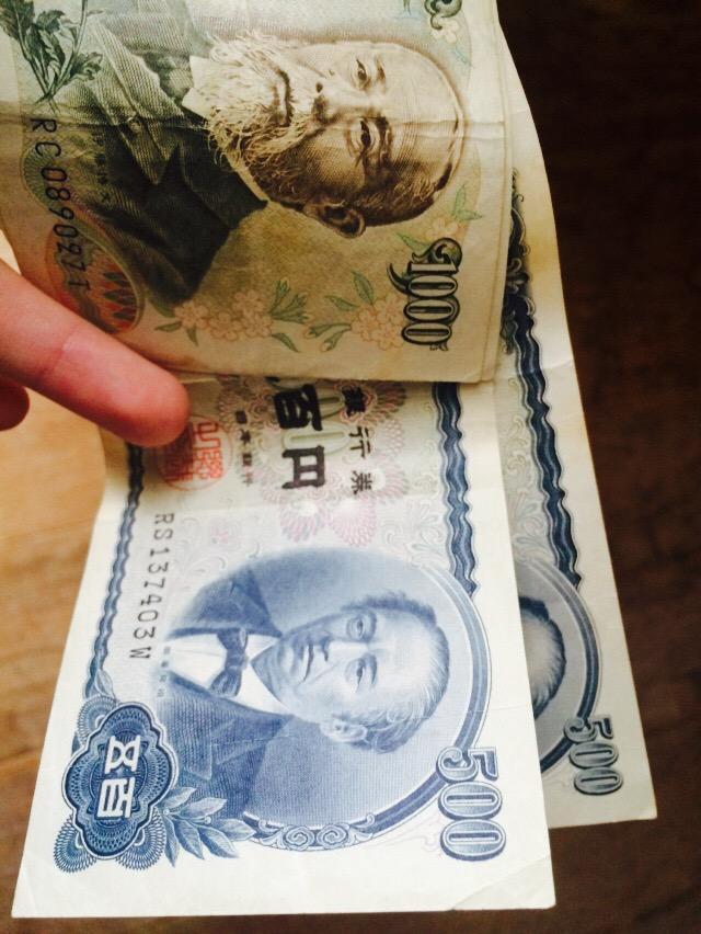 銀行の時間外手数料がかかるのが嫌だから今週末はお金下ろさない、家にまだちっくと現金があるきそれでかまんと言うおじいちゃんが引き出しから出してきたお金…ちょっと待って… http://t.co/c0UKFHzZrq