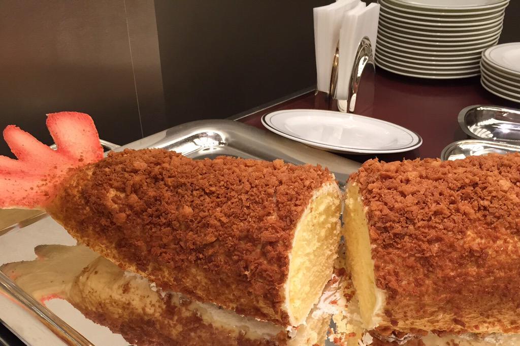 気になるエビフライケーキの断面は…?中身はこんな感じ。エビの形にカットされた巨大スポンジケーキの周りに香ばしいパン粉があしらわれていて、外はサクサク中はしっとり。尻尾はホワイトチョコレートでした。 http://t.co/wwRqoiZaKt