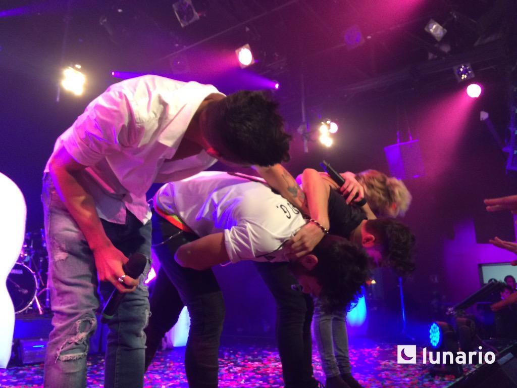 """Con """"Saturday I'm in love"""" y entre mucho grito @AurynOficial finaliza su 1ra presentación en México #AurynEnElLunario http://t.co/WThc0BNlOC"""