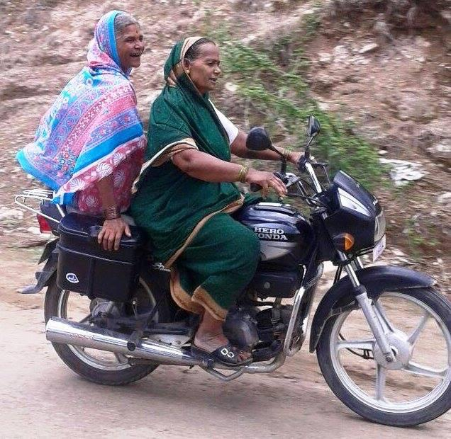 Saw this shared on FB. Love this kind of mobility and confidence. 9 yards of it #100sareepact @anjumaudgalkadam http://t.co/gelr0Z2PY8