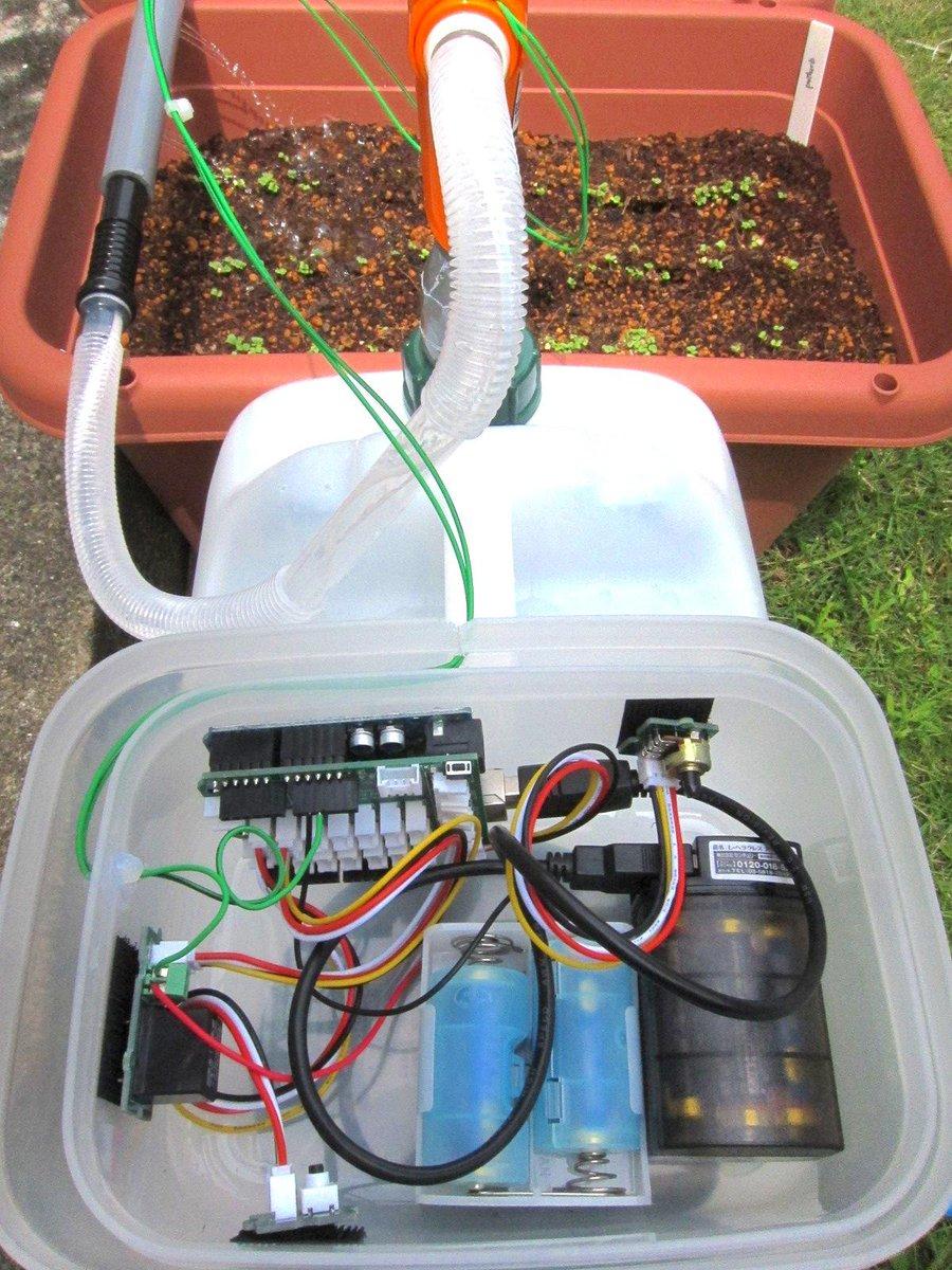 Arduino自動水やり器できた。プロトタイピングの手法で、なるべく部品加工せずに既成品の組み合わせでサクッと作る作戦。 塩ビパイプは2〜3メートルくらい延ばしても問題無さそう。 http://t.co/p1ULQjCI6D