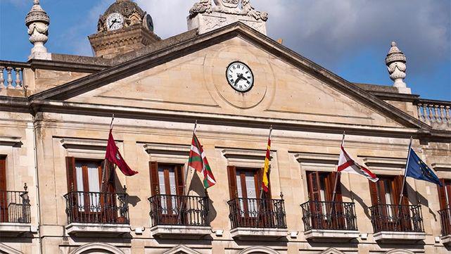 ÚLTIMA HORA: La primera decisión del nuevo alcalde de Vitoria: retirar la bandera de España http://t.co/GEFbHn4DsZ http://t.co/Ysl3gg8d6k