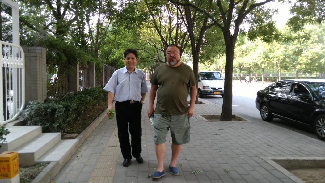 今天下午我到北京。刚才与艾未未一起散步。@aiww http://t.co/NiGJ1Jiaqw