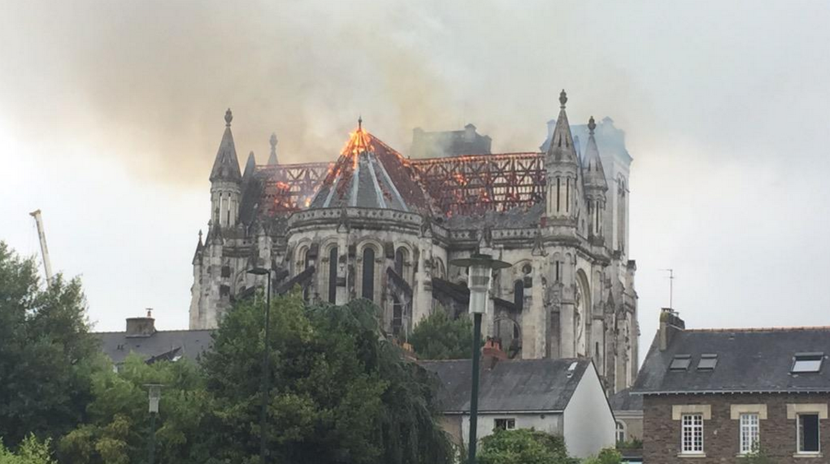 Violent incendie de la basilique Saint-Donatien à Nantes http://t.co/TQhQ5BDor2