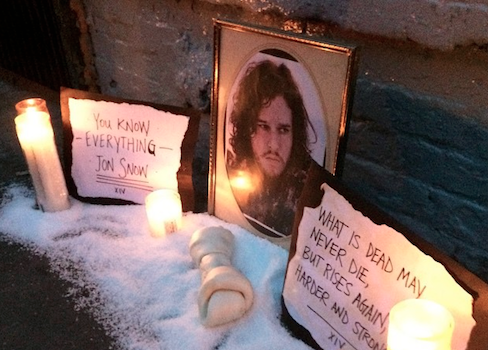 There's a street memorial honoring Jon Snow (featuring snow) in Williamsburg (via @Brokelyn) http://t.co/cDNWwAhh14 http://t.co/jUdaDJvXQF