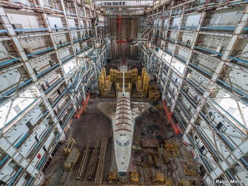 作りかけのスペースシャトルが放置された、 カザフスタンにある旧ソビエト時代のスペースシャトル製造工場の廃墟。とにかく凄いスケールなんで観光資源化して欲しい現代の秘境。 http://t.co/OS4O9UrV2M http://t.co/kiK2H2MsYd