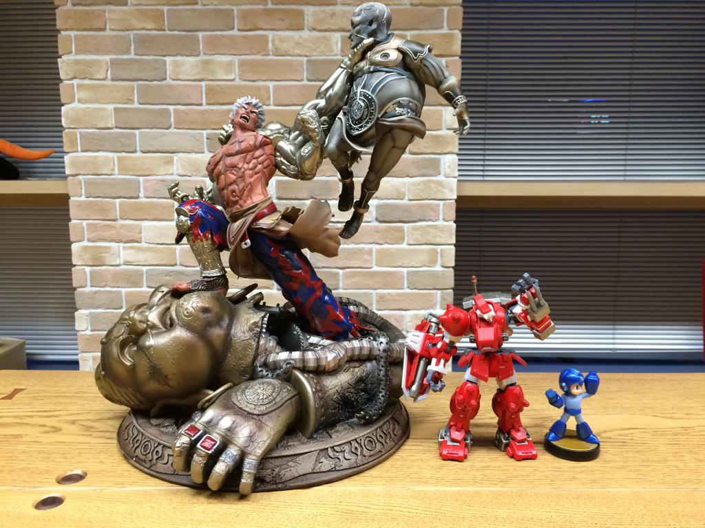 あまりにも巨大なので、加富根軍からブロディアとロックマンに登場いただいたが…どうでしょうかッ?!  某の兎小屋では飾る事もままならないっす。だが、それがいいッ! http://t.co/lW3xZV6rc5