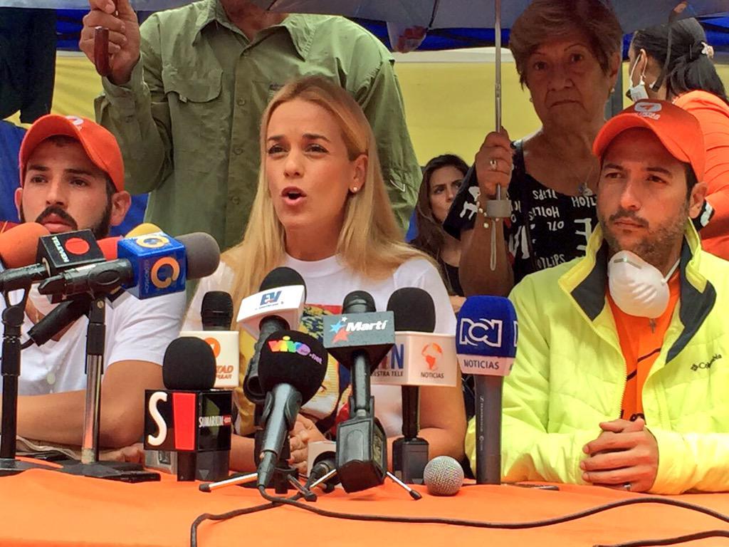 Lilian Tintori (@liliantintori): Le ruego a @NicolasMaduro por humanidad, por piedad que dejen entrar al medico de confianza a ver a @leopoldolopez http://t.co/qWTGAsKeqL