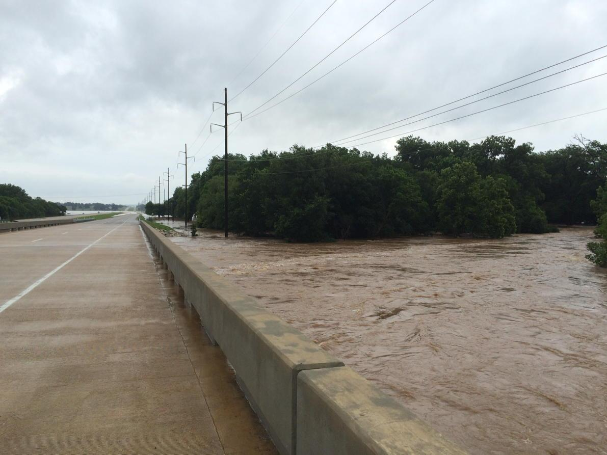 US-77 closed at Caddo Creek near Ardmore #OKWX severe flooding. @spann @ounwcm http://t.co/NAx5K7eoH8