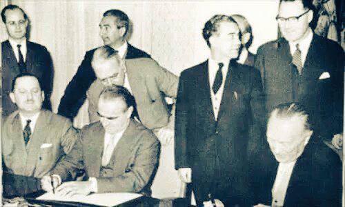 Her er et bilde av den Hellas finansminister som sletter Tysklands statsgjeld i 1953. I tilfelle noen har glemt det. http://t.co/PWgjK9m4dK