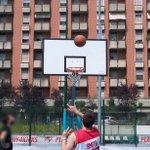Oggi si gioca a basket, in via della Moscova, in centro a #Milano. #expo2015 http://t.co/2totFXK5cu