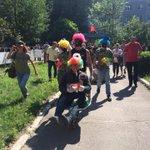 Полтава.Перед зданием суда,где судят Кернеса- флешмоб: клоуны загримированные под Кернеса и Добкина (фото-х1) http://t.co/aCAAZMLw19