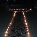 В Южном парке вчера парень сделал предложение девушке в этом пенисе из свечек 😁 а мы, прохожие, помогли ему зажечь их http://t.co/ORQ2VnrtM5