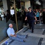 Un hombre llora desconsolado a las puertas de un banco griego. La desesperación hecha foto. http://t.co/B3yTxlgeuh