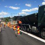 Punertavaa asfalttia pyöräilijöiden iloksi. Men at work at #Töölönlahti #Helsinki #pyörätie http://t.co/fJRgXDr9w3