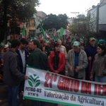 Agricultores familiares em protesto no centro da Capital reivindicam atenção ao setor rural http://t.co/yagEpy9O9W http://t.co/doLZAuM0Tx