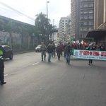 Caminhada ainda na Av Mauá chegando no Mercado Público. Rua da Conceição e Farrapos liberadas. @RdGuaibaOficial http://t.co/6MHKlC2bg8