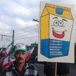 Muitos cartazes durante caminhada de agricultores da Fetag. Ainda na Mauá. Farrapos e Túnel parados.#gauchalider http://t.co/UolK7FezEw