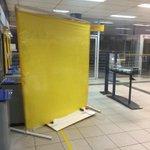 Os criminosos armaram um painel de plástico no banco para tapar o local enquanto arrombavam os caixas. #gauchahoje http://t.co/xzSTNnQkHN