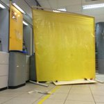 Os criminosos montaram um painel com com a cor do banco para despistar e arrombar os caixas. #gauchalider #gauchahoje http://t.co/d2MHXcELrs