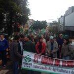 Protesto da Fetag. Concentrados na rua Santo Antônio. Sairão em caminhada até Glênio Peres.#gauchalider #gauchahoje http://t.co/GhzwK1PX6B